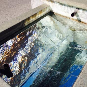 Michelle Kohler:Spiegelung, 2015, Installation im Dorfbrunnen