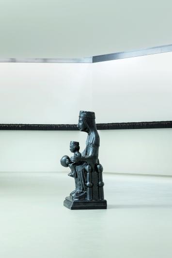 Black Madonna (vorne) & Walking Prayer (hinten), Ausstellungsansicht Black Madonna, Kunstmuseum Basel | Gegenwart.Foto: Gina Folly