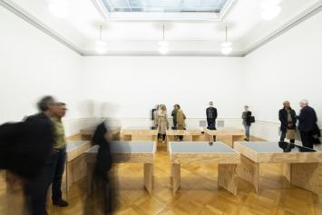 Fabrice Gygi, ‹Une longue vacance›, 2021, Palais de l'Athénée, Salle Crosnier (Ausstellungsansicht). Foto: Greg Clement/Société des arts de Genève