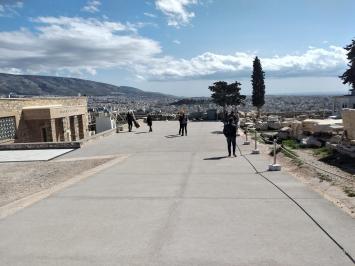Tasos Tanoulas, Architekt, Restaurator, Architekturhistoriker, tätigvon 1976-2010 im Hellenic Ministry of Culture für die Restaurierung von Antiken Monumenten, zuständig für diePropyläen.