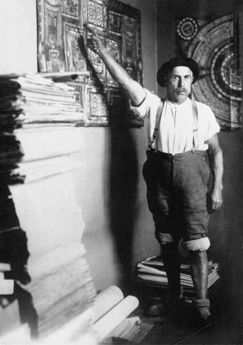 Adolf Wölfli in seiner Zelle neben seinem Bücherstapel, um 1920, CourtesyAdolf Wölfli-Stiftung, Kunstmuseum Bern