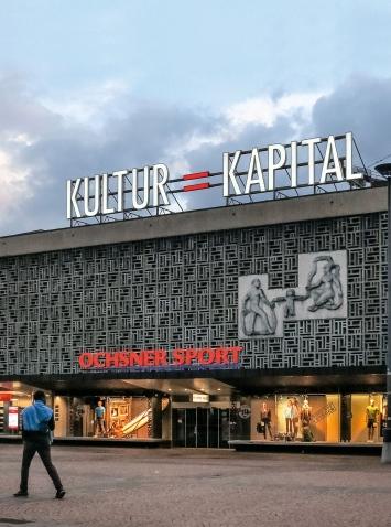 Kultur = Kapital, 2011/2018, Metallschild, Plexiglas, weisse und rote Lampen, Marktplatz Oerlikon