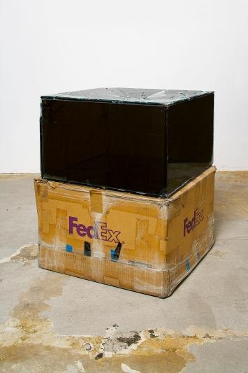 Walead Beshty · FedEx® Medium Kraft Box ©2004 FedEx 155143 REV 10/04 BP, Standard Overnight, Los Angeles–Riverside trk#797734690530, January 27–28, 2014, FedEx 2Day, Riverside–Los Angeles trk#801040733415, July 28–30, 2014, 2014, beschichtetes Mirropane, FedEx-Versandschachtel, gesammelte FedEx-Adress- und Nachverfolgungsetiketten, Metall, Silikon, Klebeband, 51x51x30,5cm, Courtesy Regen Projects, Los Angeles.Foto: Fredrik Nilsen