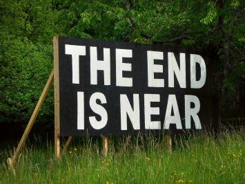 Beni Bischof · The End Is Near, 2019, Acryl auf Holz, Holzgerüst, Ausstellungsansicht Kulturort Weiertal