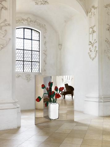 Zilla Leutenegger · l'ouest ou l'est, 2019, Installationsansicht mit einem der Paravents und einem darin gespiegelten Konzertflügel.Foto: Serge Hasenböhler