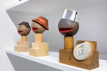 Anton Bruhin · Holzobjekte aus den Jahren 2014 und 2017.Foto: FX Brun