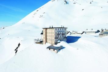 Das geschlossene und unzugängliche Hotel Furkablick im Winter.Foto: Christof Hirtler