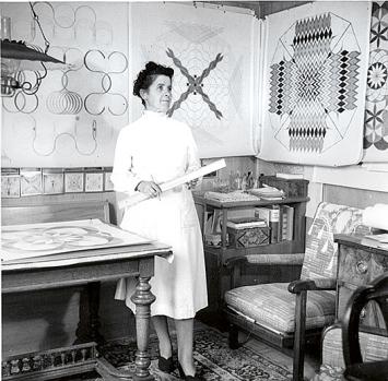 Emma Kunz ca. 1953 an ihrem Zeichentisch in Waldstatt.Foto: Werner Schoch/Staatsarchiv AR
