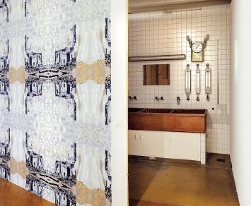 Sabine Trüb · Vier Wände und kein Raum zu bleiben, 2018, Ortsspezifische Installation: Dachlatten, Video, Tapete.Foto: Rolf Bismarck
