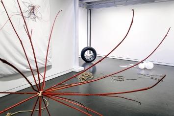 Isabelle Krieg · Wahrscheinlichkeitstriebe (rot), 2020, Time is on my side (sleeping), 2000, und Inter Continental, 2020, Ausstellungsansicht Trudelhaus, Baden ©ProLitteris