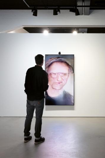 Mario Klingemann · Uncanny Mirror, 2018, Installationsansicht aus ‹Entangled Realities– Living with Artificial Intelligence›, 2019, HeK Basel.Foto: Franz Wamhof