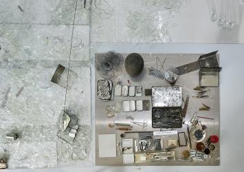 Laura Lamiel · du miel sur un couteau, 2021, Installation, diverse Materialien, 5x5m.Foto: Matt Taylor