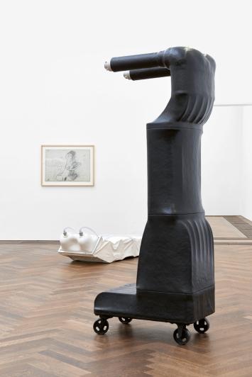 Joachim Bandau · Wasserwerfer, 1974; Weisser Sarkophag, 1972; 30.6.1972, 1972, Zeichnung, Ausstellungsansicht Kunsthalle Basel, 2021.Foto: Philipp Hänger