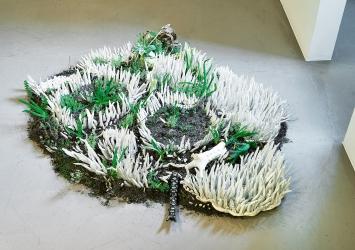 Misha Andris · Garten der toten Teile, 2020, Porzellan, glasierter Ton, Erde und Pflanzen, Ausstellungsansicht John Schmid Projects, Basel
