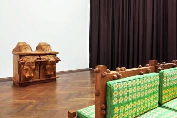 Daniel Dewar & Grégory Gicquel · Oak Dresser with Harnessed Oxen, 2017 (links); Oak Bench with Narcissus and Snails, 2017, aus: Mammalian Fantasies, Kunsthalle Basel.Foto: Philipp Hänger