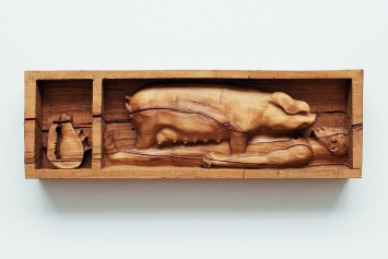 Daniel Dewar & Grégory Gicquel · Oak Relief with Man, Pig, and Shell, 2018, aus: Mammalian Fantasies, Kunsthalle Basel. Foto: Philipp Hänger