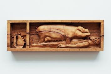 Daniel Dewar & Grégory Gicquel · Oak Relief with Man, Pig, and Shell, 2018, aus: Mammalian Fantasies, Kunsthalle Basel.Foto: Philipp Hänger