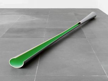 Isa Genzken · Jülich, 1979, Lack auf Holz, 20x25x480cm, Privatsammlung ©ProLitteris.Foto: Neues Museum Nürnberg