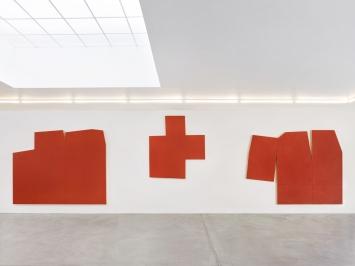 Imi Knoebel · Centrum 2, 227,5x305x9cm; Centrum, 191,7x172x9 cm; Centrum 3, 230x298,4x9cm; alle: 2012/2020, Acryl auf Holz, Ausstellungsansicht Galerie von Bartha Basel.Foto: Simon Schwyzer