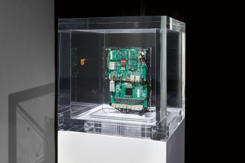 Trevor Paglen · Autonomy Cube, 2015, Ausstellungsansicht Kunsthalle Basel, 2021.Foto: Philipp Hänger