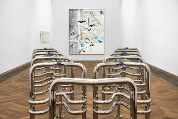 Marguerite Humeau · Riddles (Jaws), 2017–2021; Laura Owens · Untitled [SMS +41 79 807 86 34], 2021 (hinten), Ausstellungsansicht Kunsthalle Basel, 2021.Foto: Philipp Hänger