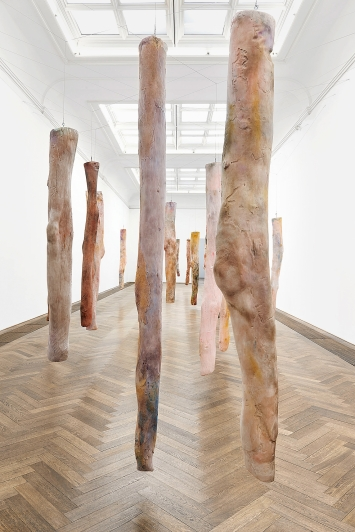 Kaari Upson · Mother's Legs, 2018–2019, aus: Go Back the Way You Came, Ausstellungsansicht Kunsthalle Basel, 2019.Foto: Philipp Hänger