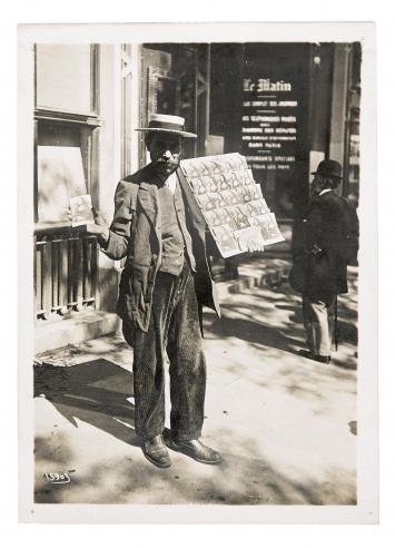 Postkartenverkäufer in Paris, Agence Meurisse, 1911, Silbergelatineabzug, 18x13cm, Courtesy Sammlung Ruth und Peter Herzog, Jacques Herzog und Pierre de Meuron Kabinett, Basel