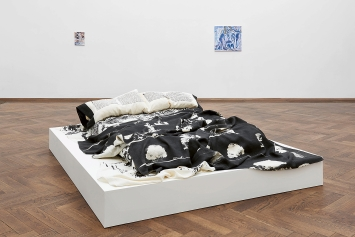 Nick Mauss · Ausstellungsansicht Kunsthalle Basel, 2020, mit: Robert Morris · The Fabric Workshop, Philadelphia, Restless Sleepers/Atomic Shroud, 1981 (vorne); Megan Francis Sullivan · Baigneur aux bras écartés, 1883, Coll. Jasper Johns (Inverted), 2016 (hinten links); Megan Francis Sullivan · Cinq baigneuses, 1885–1887, Kunstmuseum Basel (Inverted), 2015 (hinten rechts). Foto: Philipp Hänger