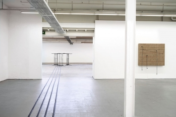 Naama Tsabar · Barricade (links) und Transition (rechts) und Installation, 2018.Foto: Serge Hasenböhler