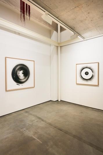 Philippe Queloz · Ronde de nuit, 2015–2019, mit Taschenlampen belichtete Fotogramme, je 96x98,5 bis 130x130cm (gerahmt), Ausstellungsansicht Kunst Raum Riehen.Foto: Moritz Schermbach