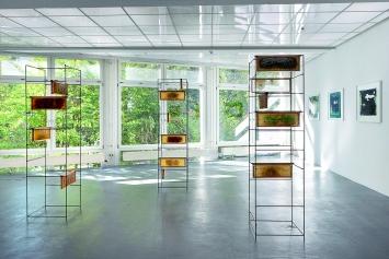 Brigham Baker · Weaving House, 2018, und Hive, 2015, Installationsansicht Kunsthaus Baselland.Foto: Gina Folly