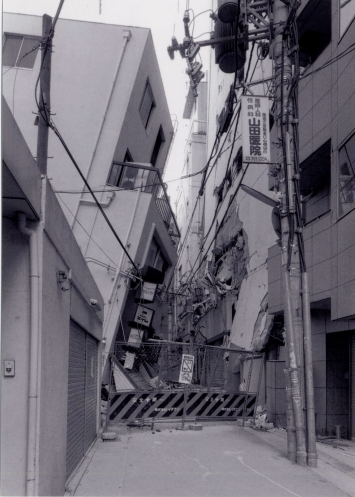 Ryuji Miyamoto, San-no-miya, Kobe, After the Earthquake, 1995, 100 x 80 cm, Silbergelatine Druck, gerahmt, Courtesy Galerie Klüser, München