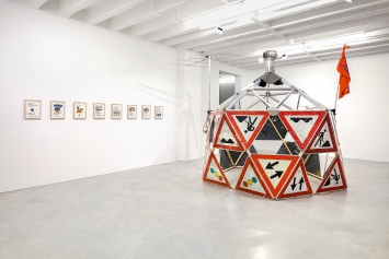 Marjetica Potrč · Drop City Giant, 2012–2019, Baumaterialien, Kommunikationsinfrastruktur, H330xø340 cm. Courtesy Galerie Nordenhake, Berlin/Stockholm/Mexico City.Foto: Gerhard Krassner