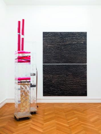 Isa Genzken · Memorial Tower (Ground Zero), 2008, Basic Research, 1989, Installationsansicht Kunsthalle Bern, 2019 ©ProLitteris.Foto: Gunnar Meier