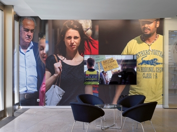 Beat Streuli · Chiasso Città di Confine Estate 2014, 2014, Video 16'; Chiasso 14, 2020, Wallpaper, Ausstellungsansicht Die Mobiliar, 2020.Foto: Stefan Altenburger