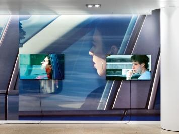 Beat Streuli · Quai de l'Industrie, 2008–2019, Videos, 16'–23'; Quai de l'Industrie, 2008–2020, Wallpaper, Ausstellungsansicht Die Mobiliar, 2020.Foto: Stefan Altenburger