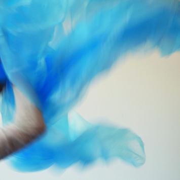 Renata Bünter · Ein anderes Mal, blaue Plastikfolie, 2011.Foto: David Aebi