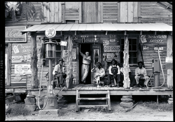 Dorothea Lange · Crossroads General Store, North Carolina, 1939, Pigmentdruck nach Originalnegativ, 119x164 cm, Courtesy The Dorothea Lange Collection, the Oakland Museum of California, City of Oakland, Schenkung Paul S. Taylor