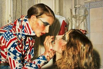 Franz Gertsch · Marina schminkt Luciano, 1975, Acryl auf ungrundierter Baumwolle, 234x346,5cm, Museum Ludwig/Leihgabe Peter und Irene Ludwig Stiftung 1976