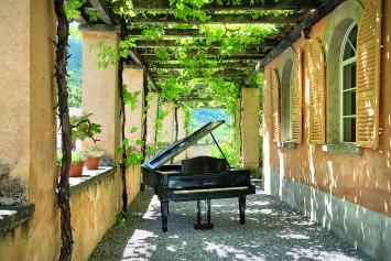Zilla Leutenegger · Piano soleggiato, 2018, Piano bemalt, mechanisiert, Solarzelle, 100x200x200cm. Foto: Ralph Feiner ©ProLitteris