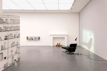 Zilla Leutenegger · Library, 2007, Installation mit Wandzeichnung, 1 Eames-Loungesessel, 1 Feuerstelle, Holzstücke, 1 Lampe, 1 Projektion (Farbe, Ton, 3'), Sammlung Goetz, Medienkunst, München