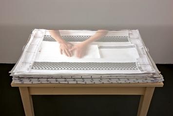 Evelina Cajacob · HandArbeit, 2010, Tisch, Handtücher, Videoinstallation mit Ton