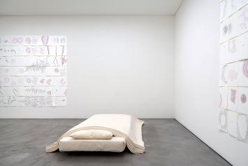 Evelina Cajacob · Wienzimmer, 2017, Rauminstallation mit 434 Zeichnungen, mit Bettinstallation, 2001, Ausstellungsansicht Bündner Kunstmuseum Chur.Foto: Ralph Feiner