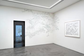 Evelina Cajacob · Gartenzimmer, 2020, Wandzeichnung, mit Landschaftsbild, 2013, Ausstellungsansicht Bündner Kunstmuseum Chur.Foto: Ralph Feiner