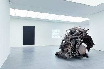 Frank Stella, Bethan Huws, Peter Buggenhout (v.l.n.r.) · Ausstellungsansicht Bündner Kunstmuseum 2018 ©ProLitteris