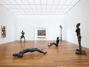 Martin Disler · Häutung und Tanz, 1990/1991, Werkgruppe von insgesamt 66 Bronzeskulpturen, Ausstellungsansicht, Kirchner Museum Davos