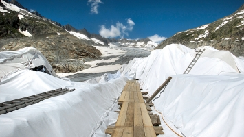 Carmen Perrin · Weg auf dem Rhonegletscher zur Eisgrotte, 2019, Fotografie