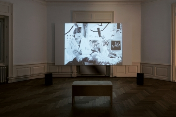 Leslie Thronton · Peggy and Fred in Hell – The Prologue, Video, 1985, Ausstellungsansicht Kunsthaus Langenthal, 2019, Courtesy Electronic Arts Intermix.Foto: Cédric Eisenring