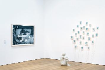 Kiki Smith · Peacock, 1994, Pappmaché, Nepalpapier und Tinte, 67,3x44,5x54,6cm (Figur), Courtesy Irish Museum of Modern Art, Ausstellungsansicht MCBA 2020.Foto: Étienne Malapert