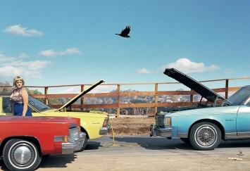 Alex Prager · Lois, 2009, aus der Serie Week-end and the Long Weekend. Courtesy Alex Prager Studio und Lehmann Maupin, New York und Hongkong